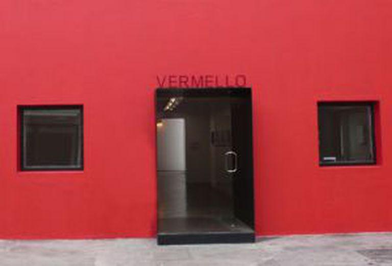 Fachada da Galeria Vermelho em São Paulo com a palavra Vermello, parte da exposição do mesmo nome sobre portunhol da artista argentina Ivana Vollaro. Ela pesquisa o tema desde 2000.