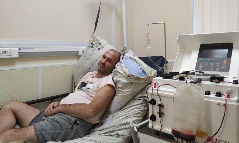 Damien Gerace, paciente de esclerose múltipla, em novembro passado na Clínica Maximov, em Moscou.