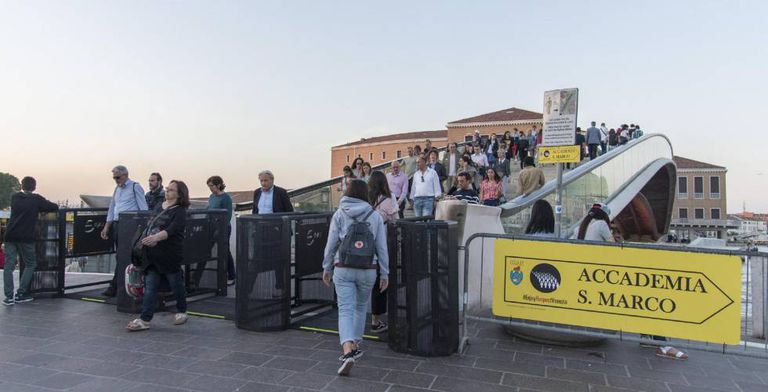Os turistas passam através das catracas que regularão a afluência de visitantes em Veneza.