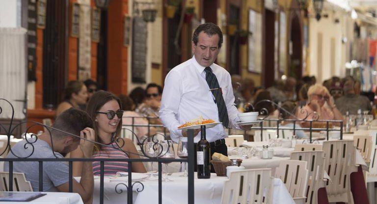 Garçom atende uma mesa em restaurante de Ronda (Málaga).