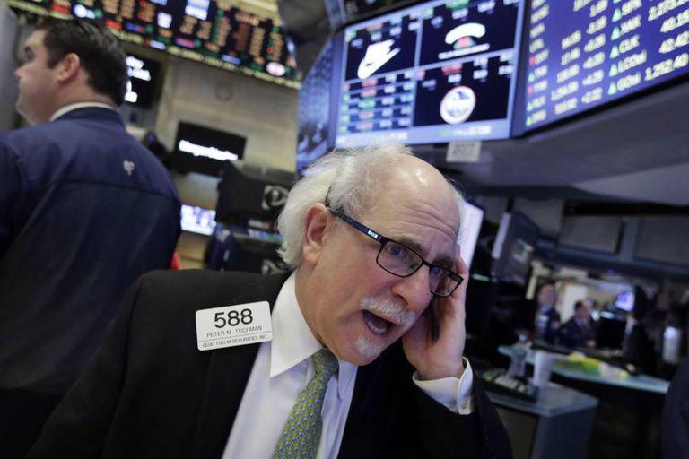 Um operador na bolsa de valores de Nova York.