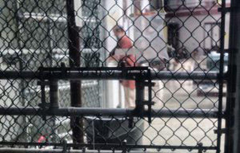 Um réu no pátio interior de um bloco com 22 celas no Campo 6