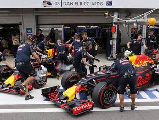 Os mecânicos da Red Bull trabalhando no GP da Rússia