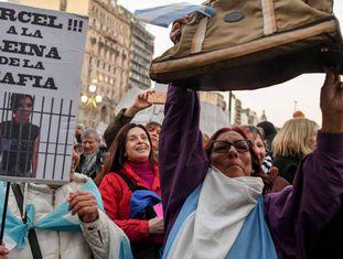 Cartazes contra Cristina Kirchner na manifestação diante do Congresso contra a corrupção, na terça-feira, 21 de agosto.