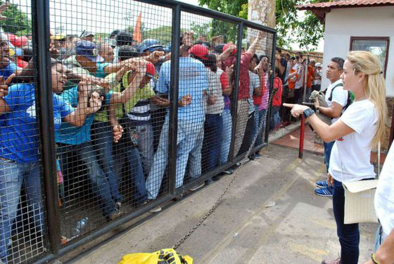Seguidores de Nicolás Maduro diante de Lilian Tintori em Guarico, onde ocorreu o assassinado em comício com o opositor Luis Manuel Díaz.