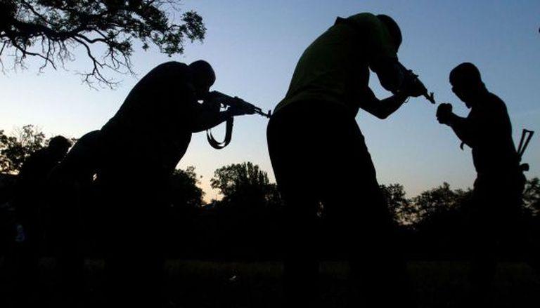 Forças ucranianas treinam voluntários em Mariupol.