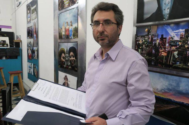 Pablo Verna exibe o projeto de lei apresentado no Congresso.