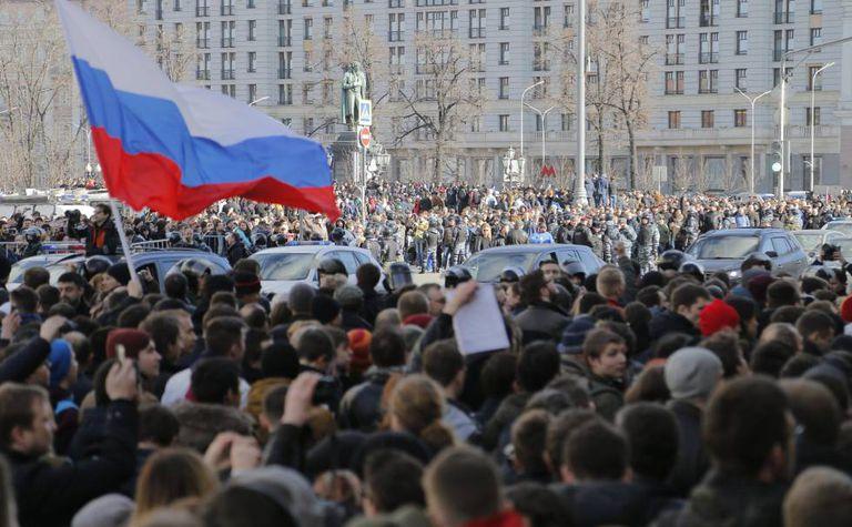 Moscovitas na rua durante os protestos de domingo
