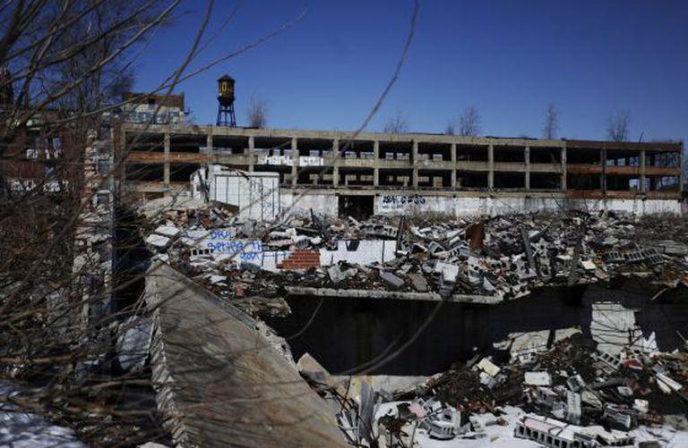 As ruínas de Packard Plant, símbolo da decaída urbana, que foram adquiridas pelo investidor espanhol Fernando Palazuelo para serem transformadas em área residencial.