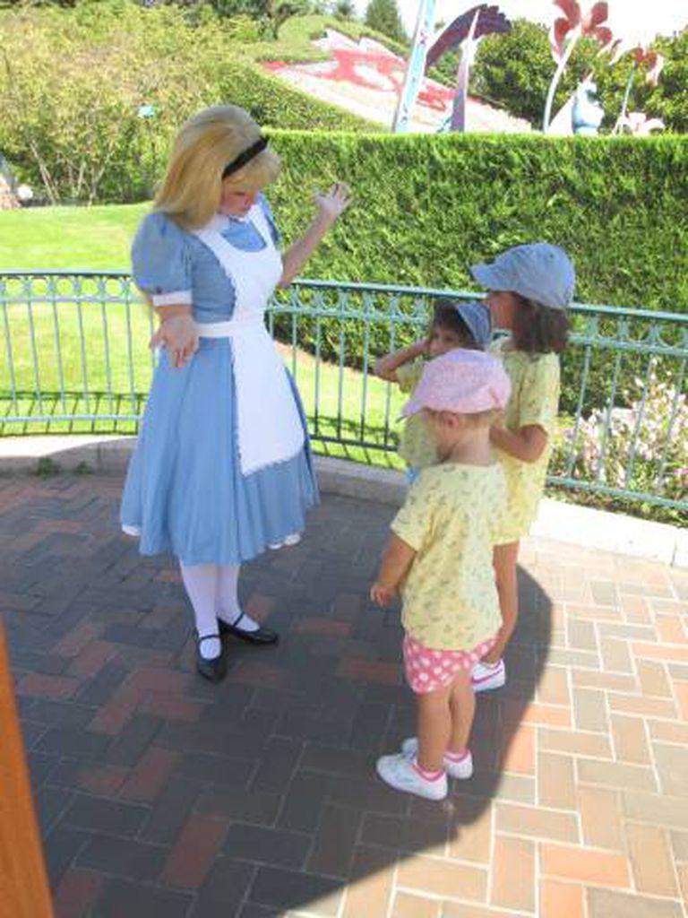 As três filhas do autor da reportagem pedindo a atenção de Alice.