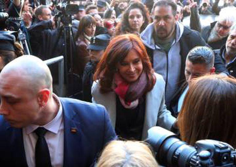 Cristina Fernández chega ao Senado, prévio à sessão que tratará sua desafuero.