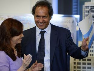 A presidenta argentina, Cristina Kirchner, ao lado do governador e candidato Daniel Scioli.