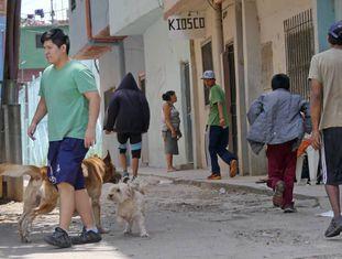 Grupo de adolescentes caminha por uma das ruas da favela 1-11-14 de Buenos Aires.