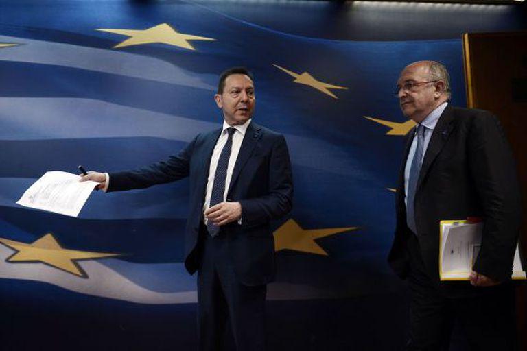 O ministro grego das Finanças (à esq.), Yannis Stournaras, em Atenas.