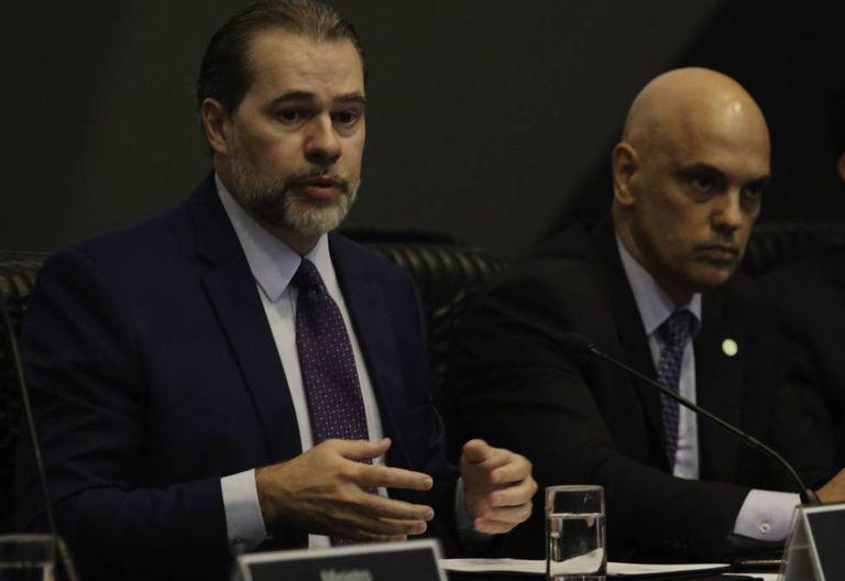 Antonio Dias Toffoli fala ao lado de Alexandre de Moraes em seminário sobre segurança pública, em fevereiro.