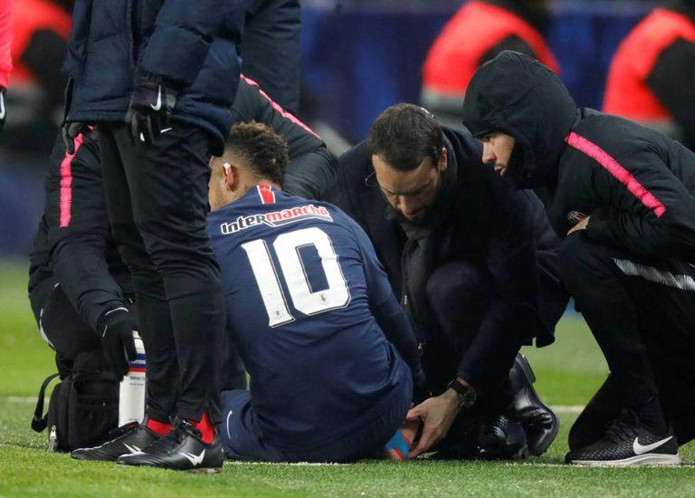 Neymar recebe atendimento no gramado.