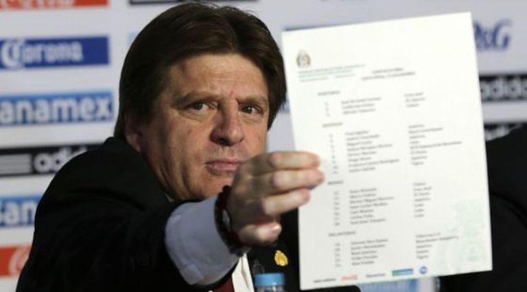 Miguel Herrera mostra a lista dos jogadores que irão à Copa.