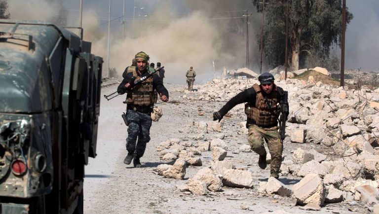 Uma coluna de fumaça se ergue ao lado do aeroporto de Mossul, em plena ofensiva das forças iraquianas contra o Estado Islâmico.