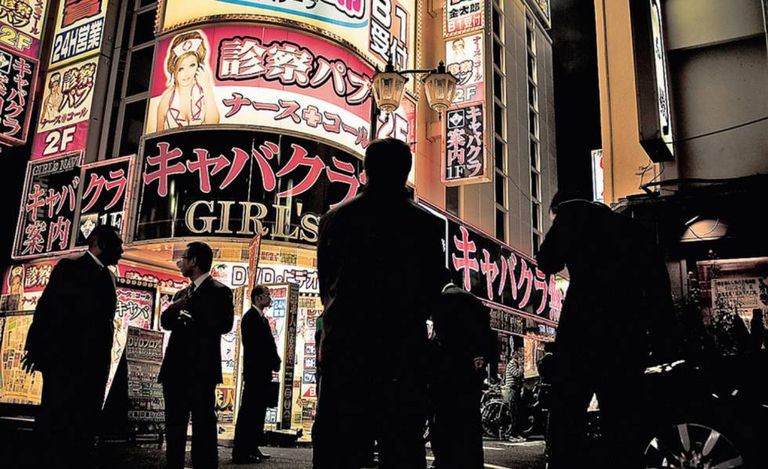 Vários membros da yakuza na entrada de um dos clubes em Kabukicho, considerado o mais importante distrito da luz vermelha no Japão.