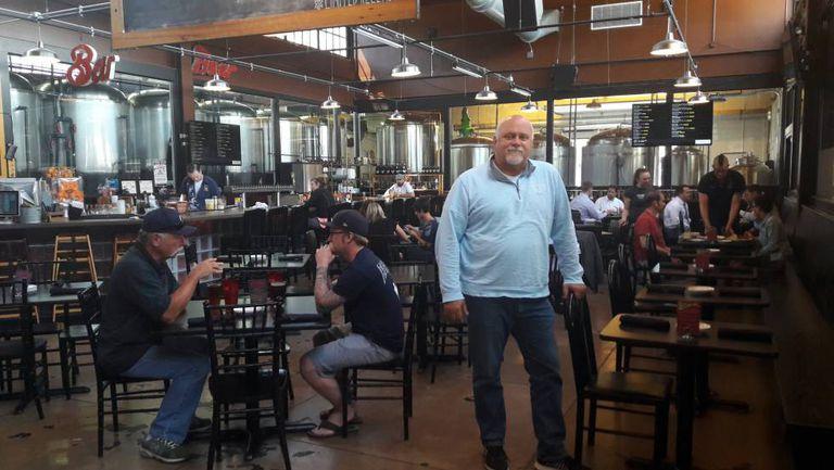 John Burtka, em seu restaurante em Jackson (Michigan).