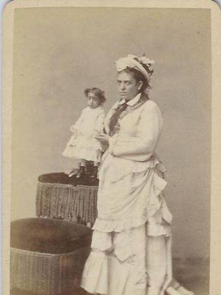 A vedete mexicana Luzia Zárate (e), junto a uma mulher de estatura média.