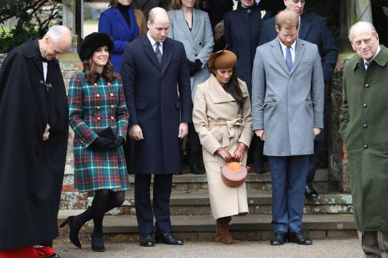 Os duques de Cambridge, Meghan Markle, Harry da Inglaterra e o duque de Edimburgo em frente à igreja no Natal.