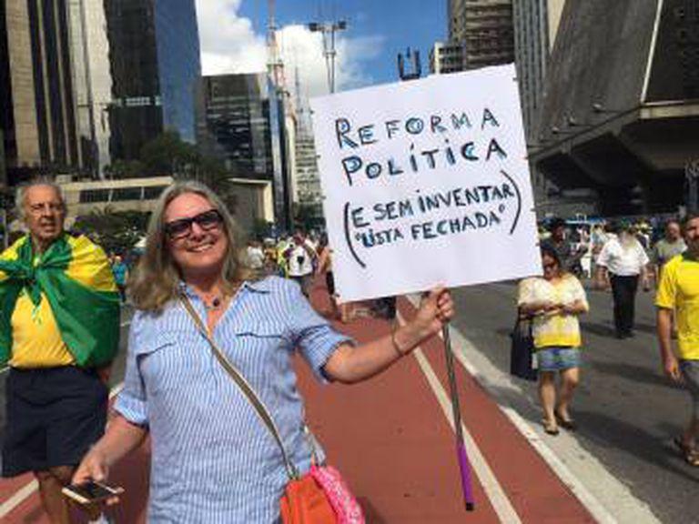 Virginia, executiva de marketing, protesta na Paulista