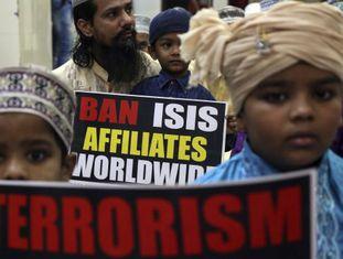 Crianças muçulmanas participam de um protesto contra o Estado Islâmico em Mumbai, na Índia.