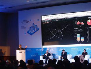 Shinya Mitsudomi, do Grupo Hitachi, fala no seminário em Lima.