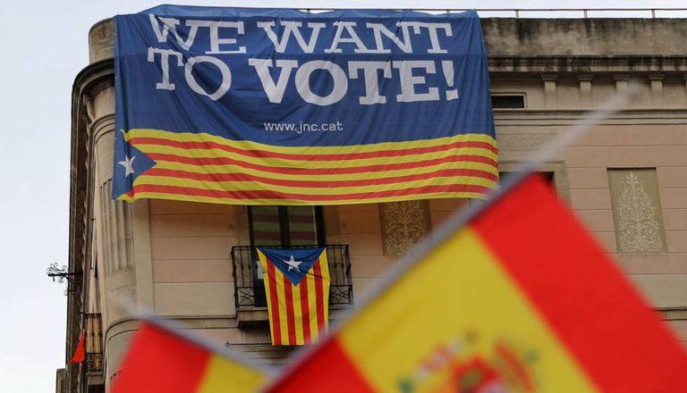 Bandeiras espanholas numa manifestação contra a independência
