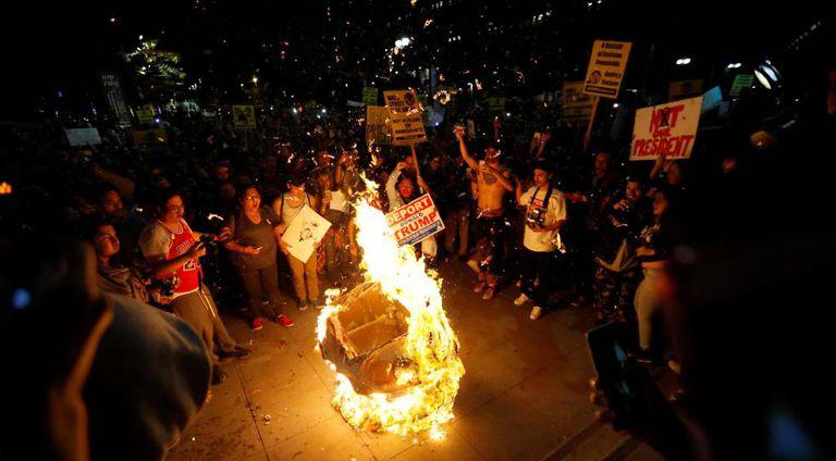 Imagem de Trump é queimada em Los Angeles, Califórnia.