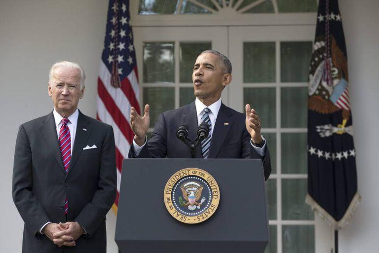 O presidente norte-americano, Barack Obama, junto ao vice-presidente, Joe Biden, durante sua primeira declaração sobre as eleições.