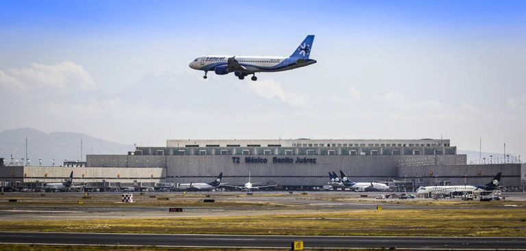 Um avião da empresa Interjet decola do aeroporto do México.