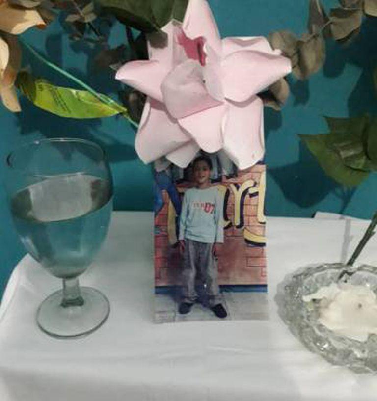Um altar em memória de Alixon Osorio Dos Santos Pisani, assassinado em Catia
