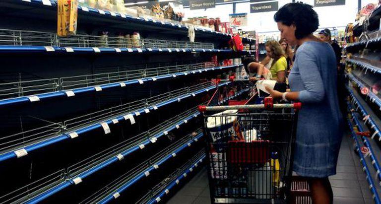 Mulher em um supermercado de Atenas no sábado.