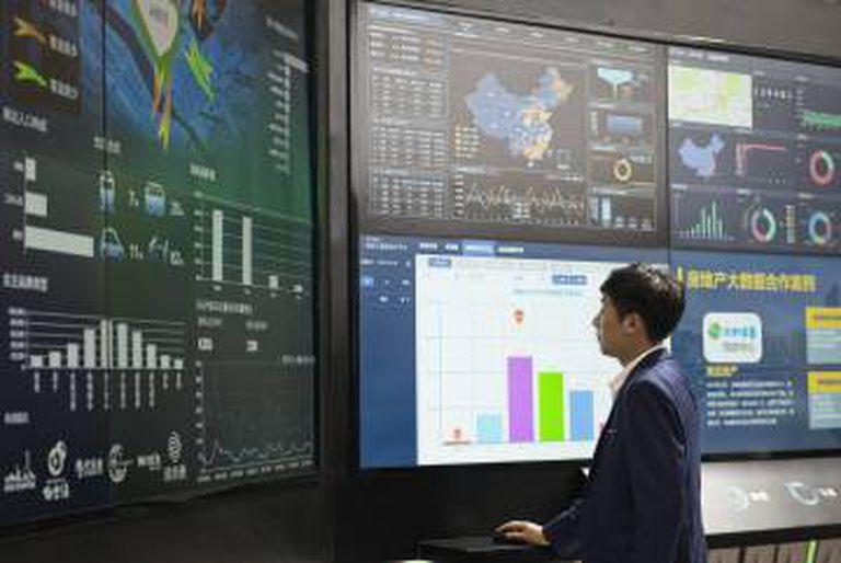 Um funcionário da China Mobile faz uma demonstração do 'big data' da empresa.