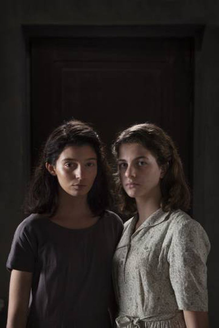 As atrizes Gaia Girace (Lila) e Margherita Mazzucco (Elena), que fazem as personagens quando adolescentes na série da HBO.