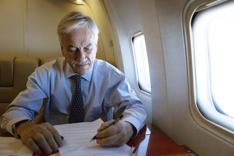 O presidente do Chile, Sebastián Piñera, na terça-feira no avião presidencial.