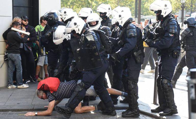 Policiais derrubam homem em rua de Paris neste sábado, em um novo protesto dos 'coletes amarelos'