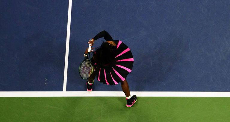 Serena Williams rebate uma bola de King.