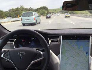 Motorista de um Tesla Model S, de 45 anos, morreu após bater em um caminhão na Flórida Sensores dos carro não detectaram a parte traseira do caminhão