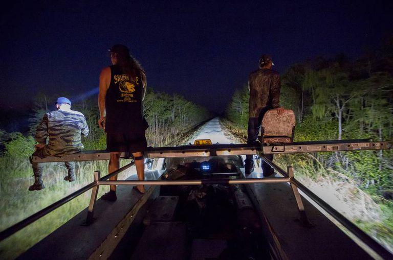 Um momento da batida noturna, do posto de observação adaptado no teto de uma velha caminhonete