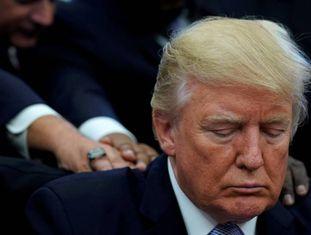 Trump tem as costas tocadas por líderes religiosos durante prece pelas vítimas do furacão Harvey, em 1º. de setembro.