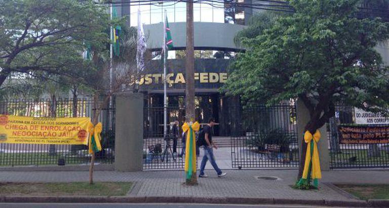 Postes e árvores decorados na Justiça Federal em Curitiba.