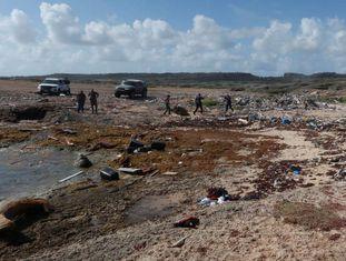 Agentes da polícia examinam restos da embarcação que transportava os venezuelanos, em Curaçao.