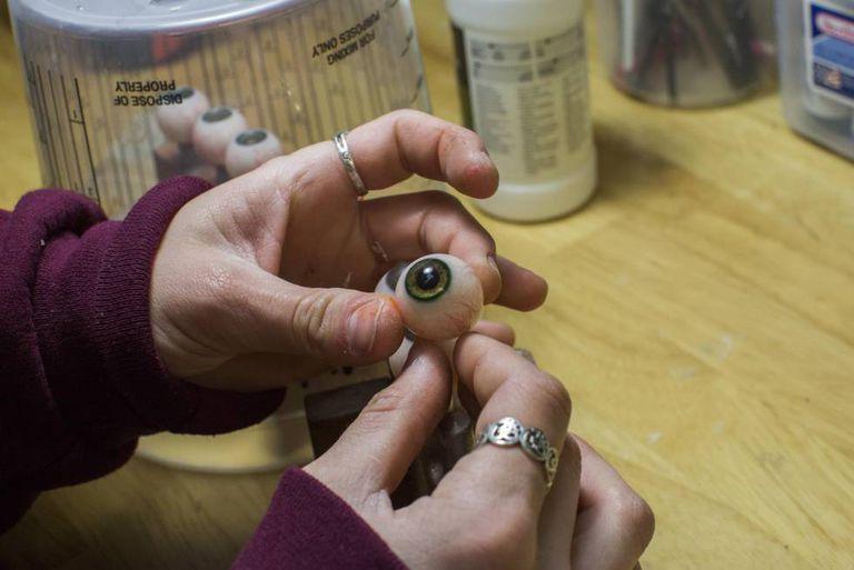 Todos os detalhes da boneca, como os olhos, são feitos artesanalmente à mão.