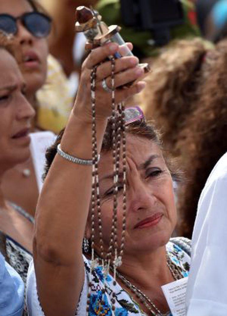 Os cubanos assistem à missa do papa Francisco.