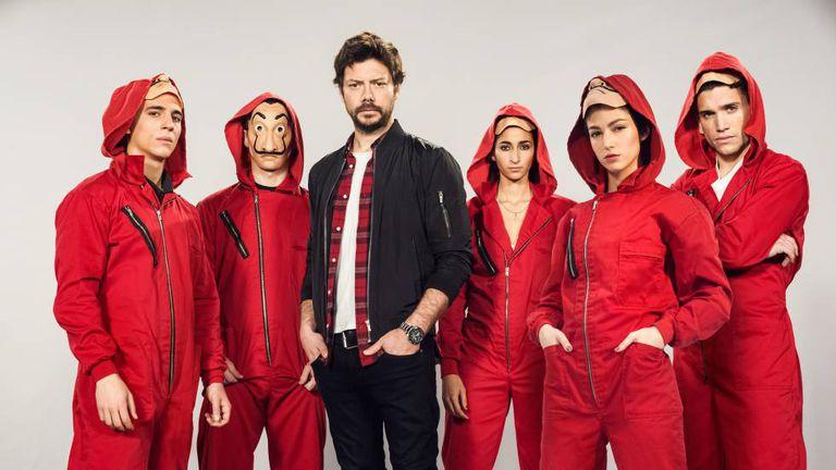 De esquerda para a direita e sem máscara: Miguel Herrán, Álvaro Morte, Alba Flores, Úrsula Corberó e Jaime Lorente