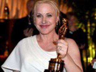 """Ao receber seu prêmio de melhor atriz coadjuvante por  Boyhood , Arquette pediu que as mulheres lutem por seus direitos  """"É hora de ter o mesmo salário"""""""