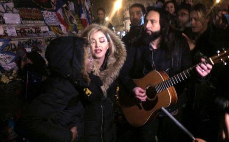 Madonna durante o show improvisado em Paris.